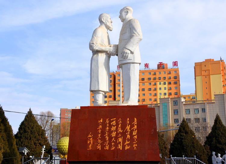 022于田县城中的雕像(摄影:.jpg