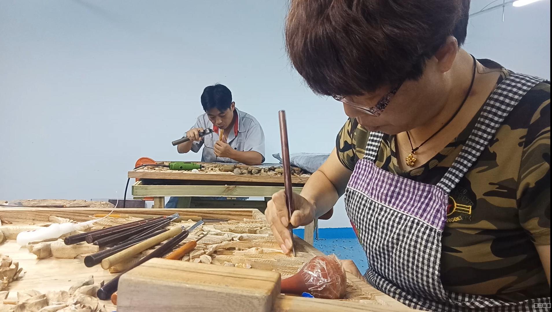 「新生帶路巔峰論畫」團參訪濟南聾啞人木雕培訓中心