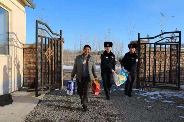 新疆塔城边境管理支队奇巴拉尕什边境派出所民警对辖区贫困群众进行慰问