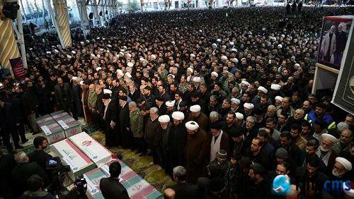 伊朗百万民众为苏莱曼尼送行 最高精神领袖面对6棺祈祷
