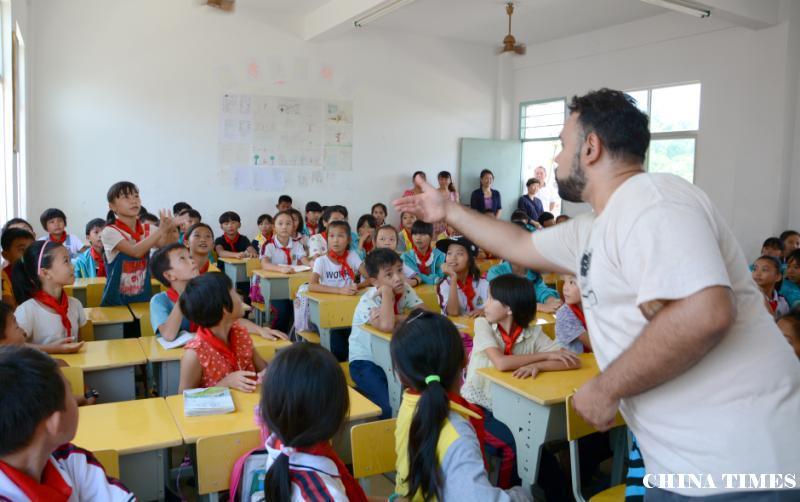 童在一片蓝天下 ---海南乡村教育5周年纪实