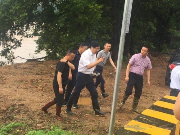 江西:胡剑飞冒雨深入横街镇督查指导防汛工作