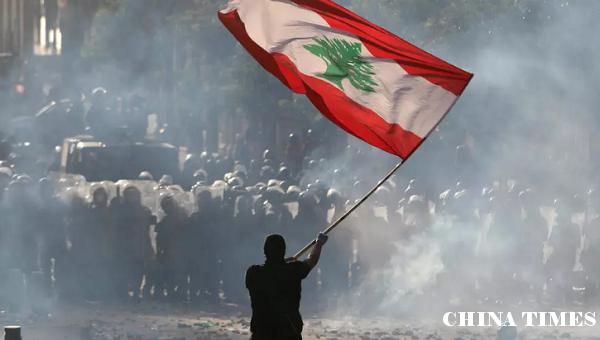 贝鲁特示威者闯入外交部大楼 黎巴嫩总理表示将提前大选