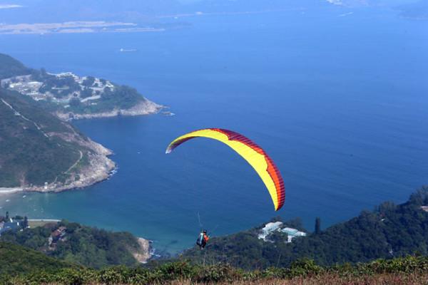 香港龙脊山放飞滑翔伞