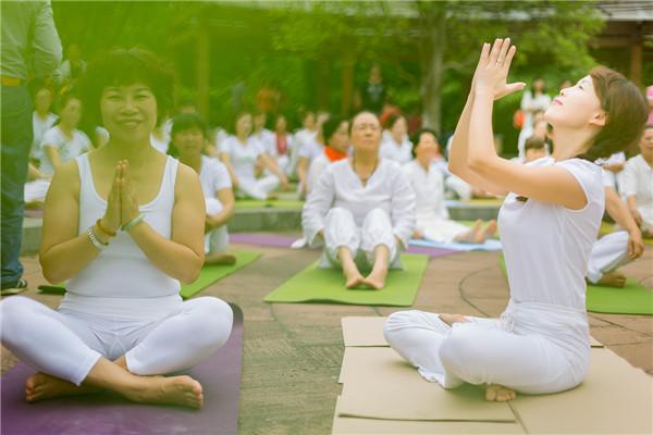 世界瑜伽日,贵阳进行团体瑜伽大演练