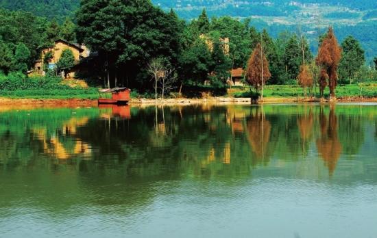 1森林公园内迷人的山湖景致.JPG
