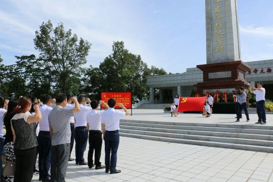 0党员干部在北山寺英烈纪念碑前宣誓接受革命思想教育.JPG